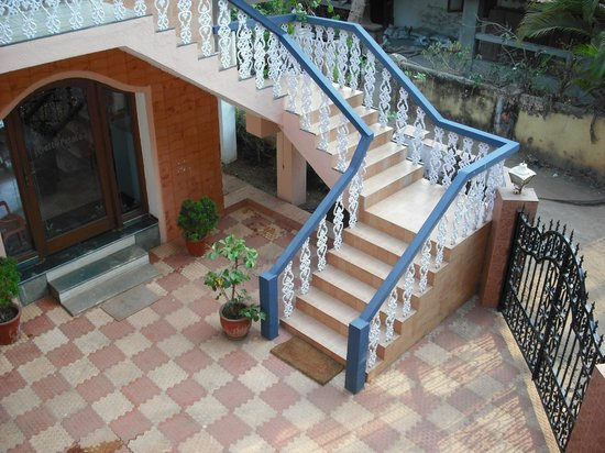 Pretty Petals Guest House: Reception and stairway up