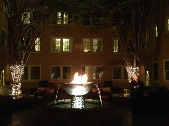 Artmore Hotel: Courtyard at night