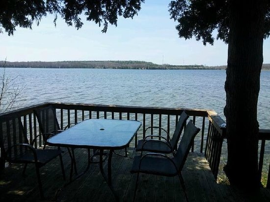 Evergreen Resort: Deck overlooking the lake