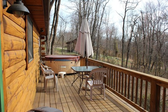 Cabins by the Caves: Back porch with hot tub. I'm sure it would be more secluded in the summer.