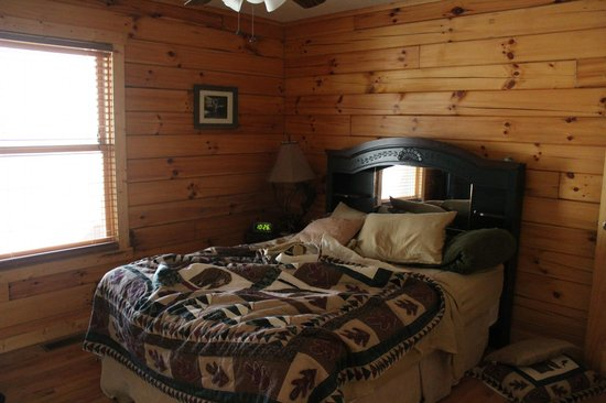Cabins by the Caves: Master bedroom. Only other bedroom has a futon in it.