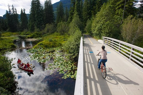 Whistler, Kanada: Biking on the Valley Trail over the River of Golden Dreams. Mike Crane