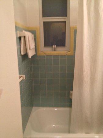 Geneva Hotel & Suites: Bathroom falling apart