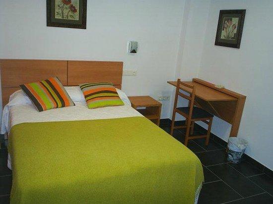 Hostal Manel : Habitacion cama de matrimonio