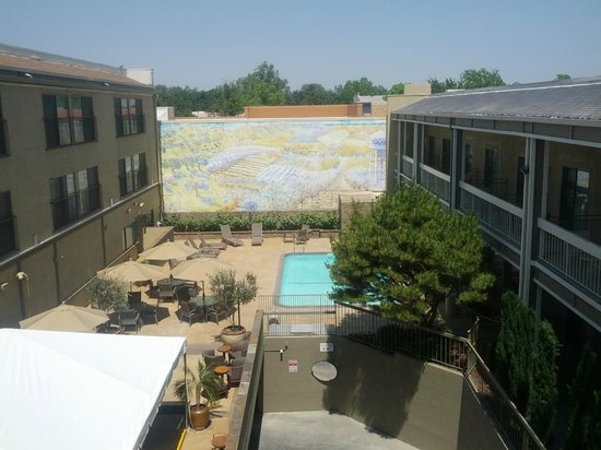 Hallmark Inn at UC Davis: Overlooking the courtyard from our 3rd floor room.