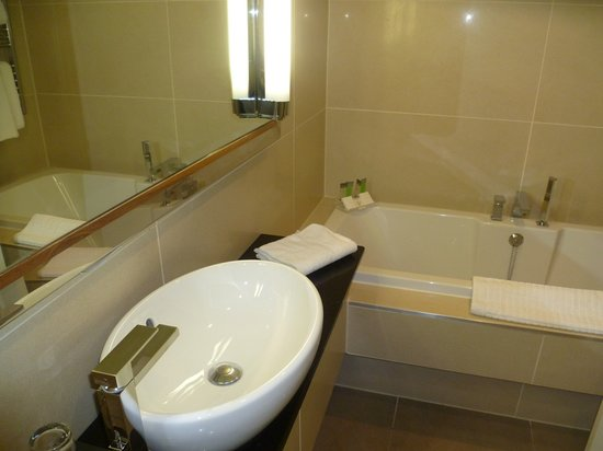 Dukes at Queens : Bathroom - mirror well lit