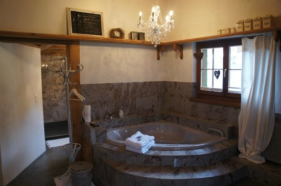 Silvi's Dream Catcher Inn Guesthouse: Our very own in-room jacuzzi