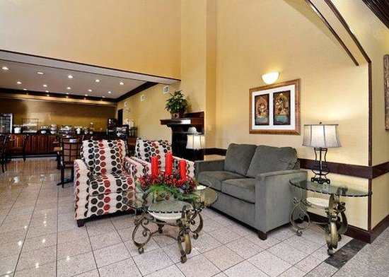 Quality Inn & Suites: Lobby seating