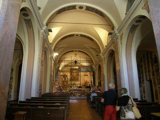 Vinadio, Italia: Interno della chiesa   in salita
