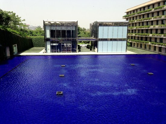 The Oberoi, Gurgaon : At look at the main fountain with Gucci store in background
