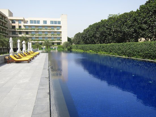 The Oberoi, Gurgaon: The very large swimming pool
