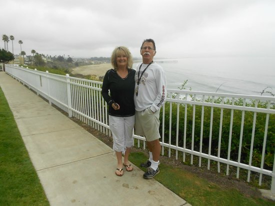 Pismo Lighthouse Suites: Nice walkway in front of our room - OCEAN views!!!!!