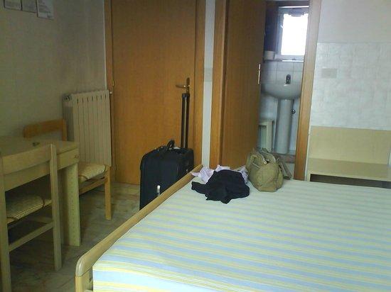 Hotel Riviera : camera e bagno