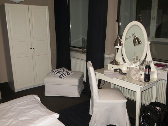 Friends Hotel Düsseldorf: Dressing table