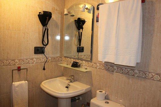Hotel Valdes: Baño habitación