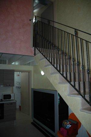 Affittacamere Borgo Roma: scala per raggiungere la camera matrimoniale dell'appartamento