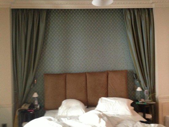 Hotel de la Tremoille: Vista de la cama