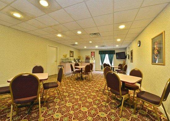 Econo Lodge Inn & Suites: breakfast area