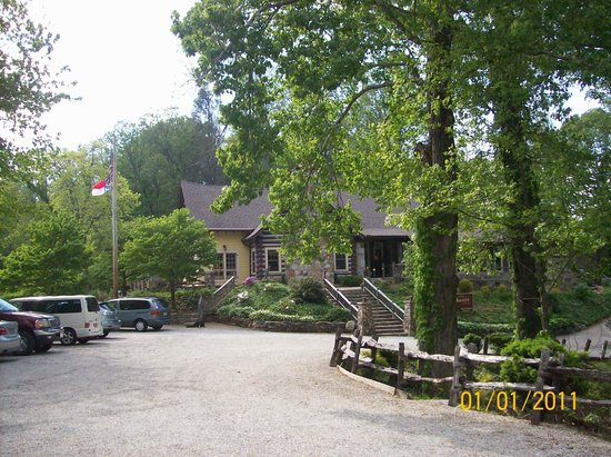 Snowbird Mountain Lodge: view of lodge from parking lot