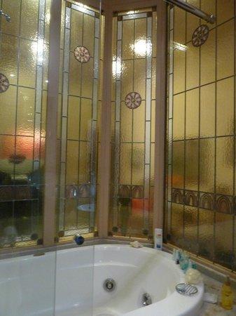 Hotel Palacio Ca Sa Galesa : Vidreieras del baño, desde la bañera