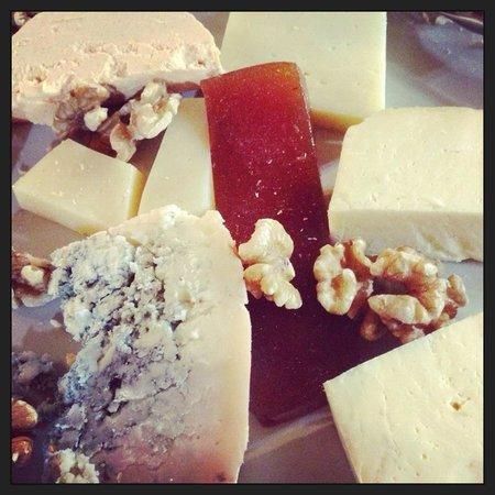El Ovetense: tabla de quesos con dulce de manzana casero