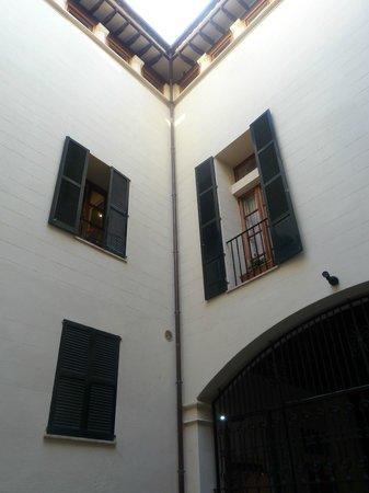Hotel Palacio Ca Sa Galesa : Ventanas desde el aptio de entrada