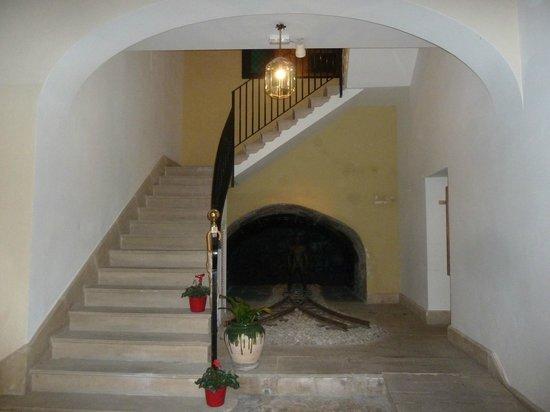 Hotel Palacio Ca Sa Galesa : Escaleres desde el aptio de entrada