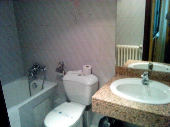 Hotel City M28: El baño no está mal, y tiene secador