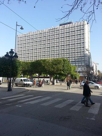 El Hana International : hotel visto dal boulevard Habib Bourghiba