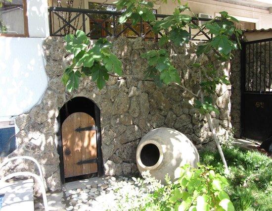 Hin Yerevantsi Hotel: Декорированный дворик