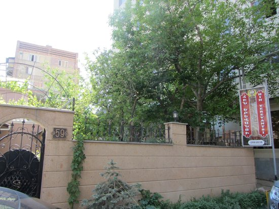 Hin Yerevantsi Hotel : Входите во двор и слева будет отель