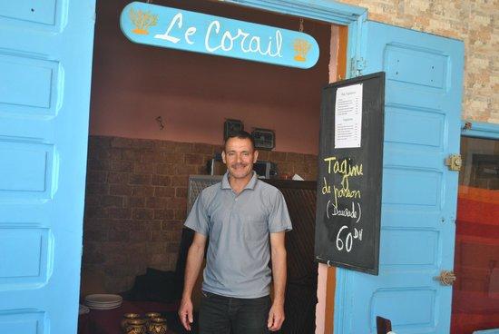 Le Corail - Chez Tarik : eigenaar die heerlijke gerechten op tafel tovert