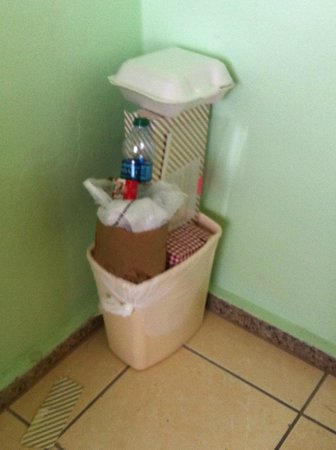 Coqui Inn: garbage from previous guest (yuck!!)
