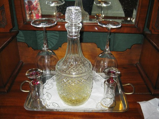 Victoria House : sherry decanter in rooms