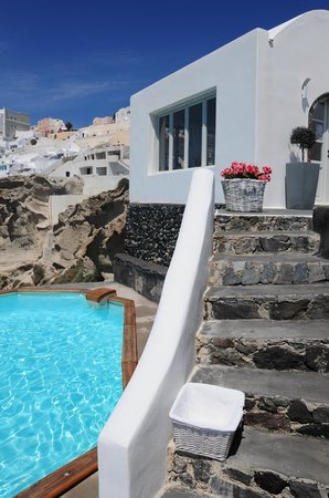 Nostos Apartments: The pool and the breakfasts room