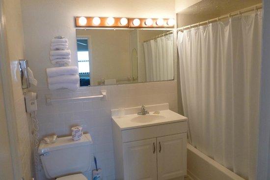 Coastal Waters Inn: bathroom rm 215