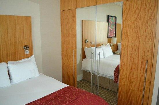 Sofitel Montreal Golden Mile: L'armoire de la chambre.