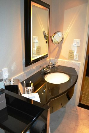 Sofitel Montréal Le Carré Doré : L'évier de la salle de bain.