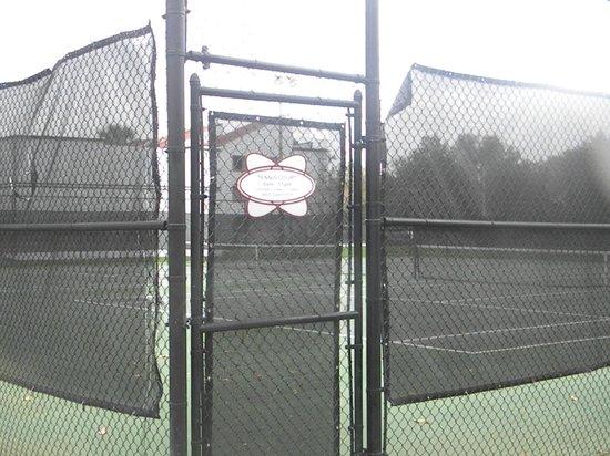 Orbit One Vacation Villas: Tennis Court