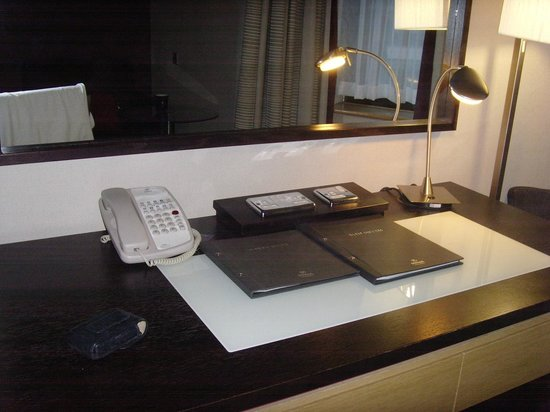 Hilton Manchester Airport: Very good desk, especially thesockets