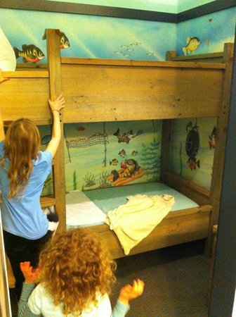 Blue Harbor Resort: Bunk bends inside the aquarium section