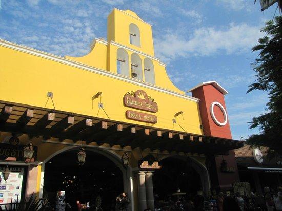 Quinta Avenida: Hacienda Tequila store