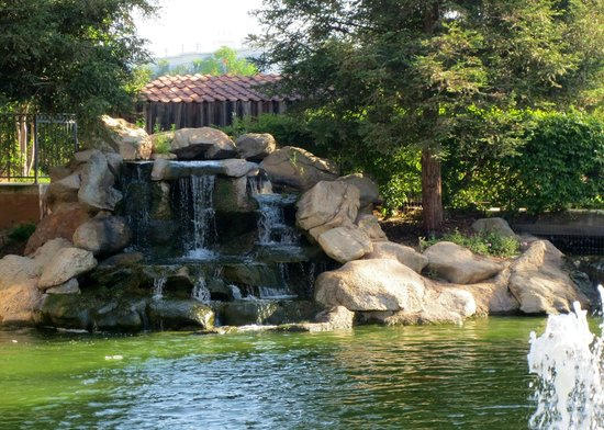 Holiday Inn Selma-Swan Court: Pretty pond next to mini-RR