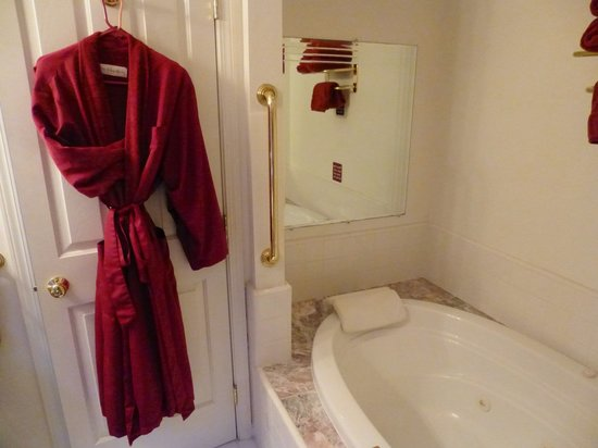 Pacific Victorian Bed and Breakfast: 2 nice robes