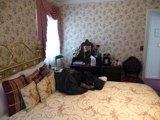 Pacific Victorian Bed and Breakfast: Bed and desk