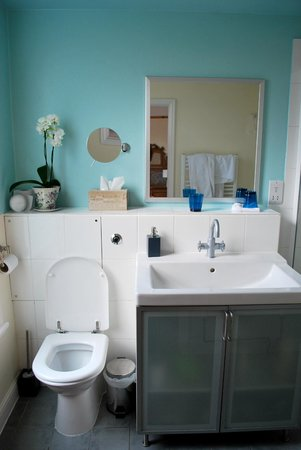 Number 15 Bed and Breakfast: Nicely decorated modern bathroom.