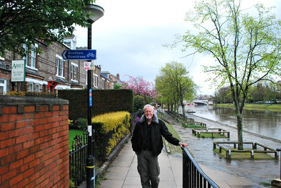 Abbey Guest House: Just outside Abbey House,the path along the River Ouse.