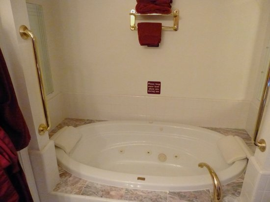 Pacific Victorian Bed and Breakfast: Whirlpool tub