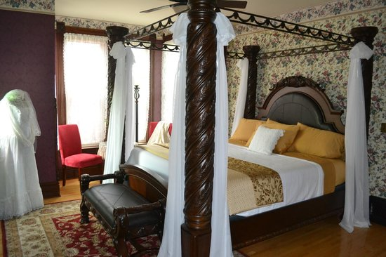 Neillsville, WI: Manor Room-King size bed, two person jet tub