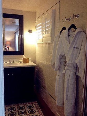 Colony Palms Hotel: Bathroom well laid out with nice amenties